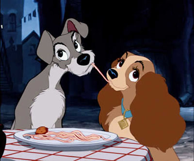 dama vagabundo comendo macarrão