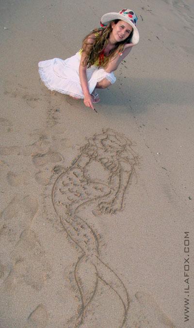 desenhando na areia da praia, Muro Alto, sereia, by ila fox