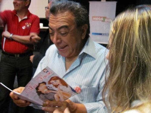 Maurício de Sousa com um gibi Ilaçõos de Ila Fox, Rio ComiCon 2010, foto