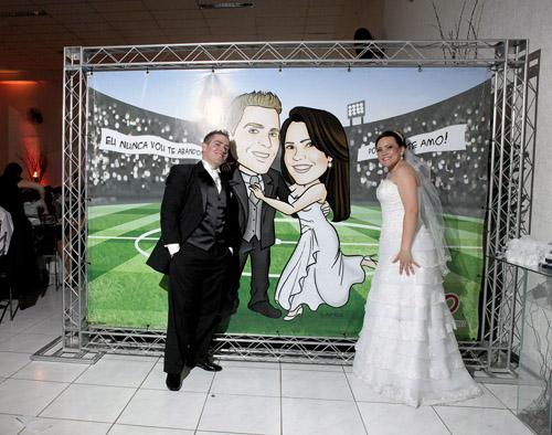 caricatura em banner, corpo inteiro, noivos, casal, estádio de futebol, casal corintiano, noivinhos sissi e leo, caricatura para casamento, by ila fox