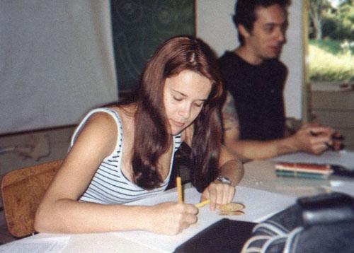 ila desenhando uma laranja na aula de desenho na UEL em Londrina