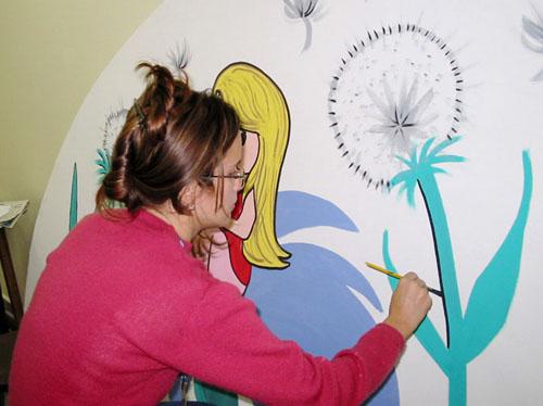 ila pintando painel no sesc londrina em 2005